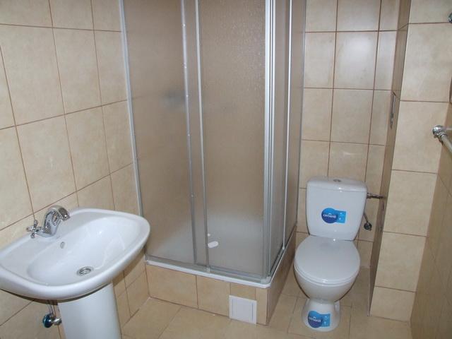 Туалет і душова кабінка в кімнаті пологів